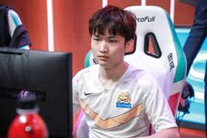 LMHT: Áp lực vì drama 'cắm sừng bạn gái cũ', SN.Huanfeng từ bỏ giải LPL All-Star 2020