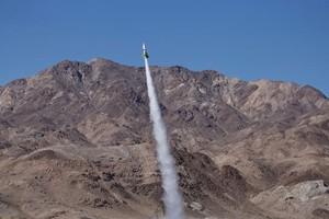 """""""Bác học điên"""" chuyên chế tạo tên lửa thiệt mạng trên chiếc tên lửa tự chế của chính mình"""