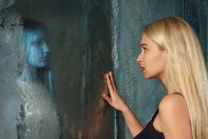 Truyền thuyết kinh dị về những tấm gương: Điều gì sẽ xảy ra nếu bạn gọi 'Bloody Mary' mười ba lần?