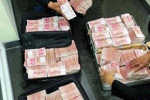 Cãi nhau với nhân viên ngân hàng, đại gia tức mình rút 18 tỷ rồi yêu cầu đếm hết không được sót tờ tiền nào