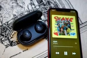 Tai nghe không dây TAT4556: sự kết hợp hoàn hảo giữa Philips và STAYC