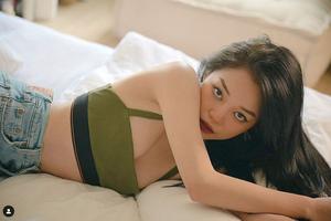 """Chẳng mấy khi sexy, Linh Ngọc Đàm """"cháy hết nấc"""" trong bộ ảnh mới, fan được dịp xuýt xoa kích cỡ vòng 1"""