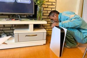 Thuê người đóng giả nhân viên lắp đặt mạng Internet tới nhà để nói dối vợ, mua PS5