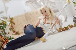 Tiểu thư ánh sáng Lux lột xác đầy táo bạo trong loạt ảnh cosplay phiên bản