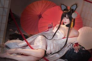 Game thủ ngẩn ngơ ngắm gái xinh cosplay mỹ nữ Akagi lấp ló vòng một trong Azur Lane