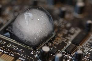 Đặt viên nước đá lên CPU, hiện tượng xảy ra mới thấy CPU tản nhiệt cực