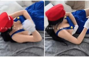 """Chỉ khoác mỗi tạp dề rồi cosplay Mario, nữ YouTuber xinh đẹp bất ngờ gặp """"sự cố"""", vội bối rối che đậy"""