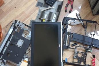 Rảnh rỗi ở nhà, game thủ Việt phá bung laptop rồi dựng thành một case PC mới