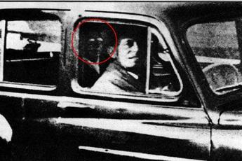 Tiện tay chụp ảnh cho chồng, vợ trở về nhà mới phát hiện bóng dáng của người mẹ đã khuất trong ống kính gây ra nhiều tranh cãi