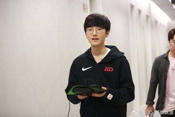 Đang thi đấu cho LGD nhưng lại bị bắt mặc áo SKT để quảng cáo, Peanut bức xúc gọi đây là 'trò lố bịch'