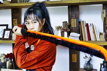 Nữ YouTuber xinh đẹp tự tay chế tạo kiếm Katana trong Cyberpunk 2077