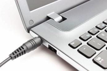 Cắm sạc laptop liên tục có hại không? Có nên sạc laptop qua đêm?