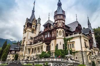 Chiêm ngưỡng lâu đài Dimitrescu trong Resident Evil Village ngoài đời thật, nguy nga, tráng lệ không kém gì game