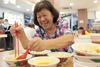 Bà cô gọi 10 bát mì ăn trước khi nhà hàng đóng cửa vì dịch