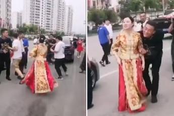"""""""Nóc nhà"""" chất lượng cao: Cô dâu cầm que dằn mặt hội bạn ngay trong ngày cưới vì dám đùa dai chồng mình"""