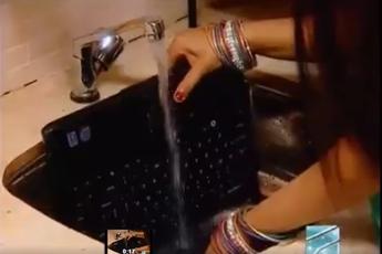 Choáng với cách vệ sinh Laptop trong phim Ấn Độ