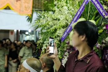 Cháu trai bị đuổi khỏi đám tang ông vì tự tiện quay vlog