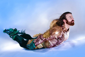 """Cười ra nước mắt với loạt ảnh cosplay Hoàng tử Thủy Tề Aquaman mình đầy """"vảy cá"""""""