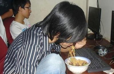 """Cao lương mỹ vị cũng không so được 3 món ăn """"huyền thoại"""" này ở quán net: Mồm nhai vồn vã, tay PK điên cuồng"""